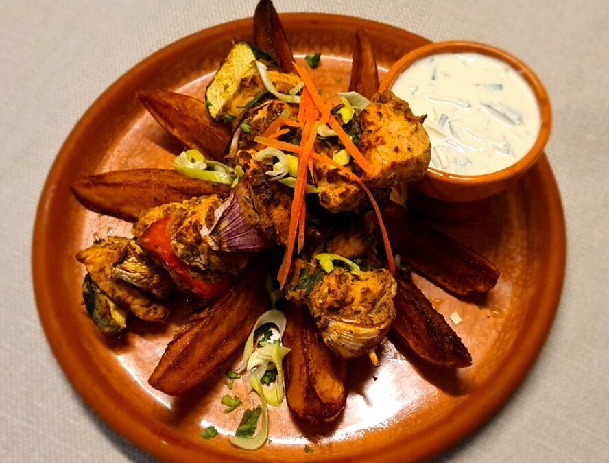 Egy augusztusi különlegesség étlapunkról: Zöldséges csirkenyárs sült héjas burgonyával és joghurtos uborkamártással